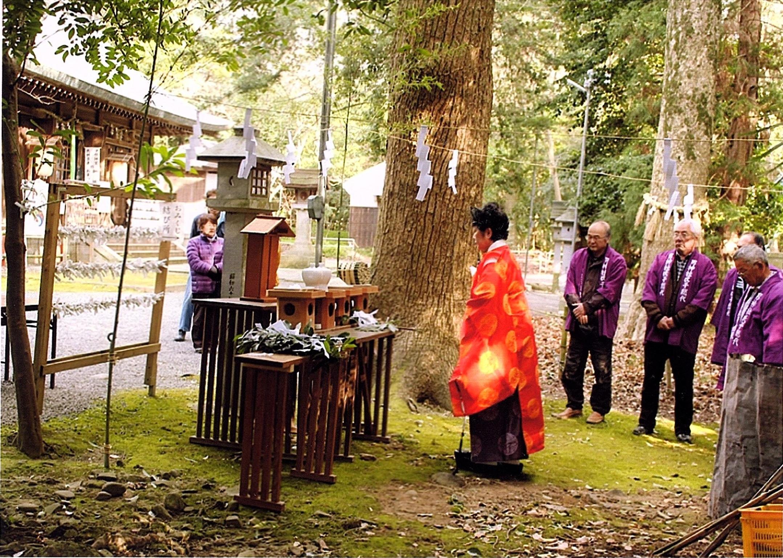 <p>毎年1月15日の御管式</p>竹筒を用いて粥を焚き、作物の名前を記した竹筒の中に入った粥の量でその年の吉凶を占う粥占い神事。