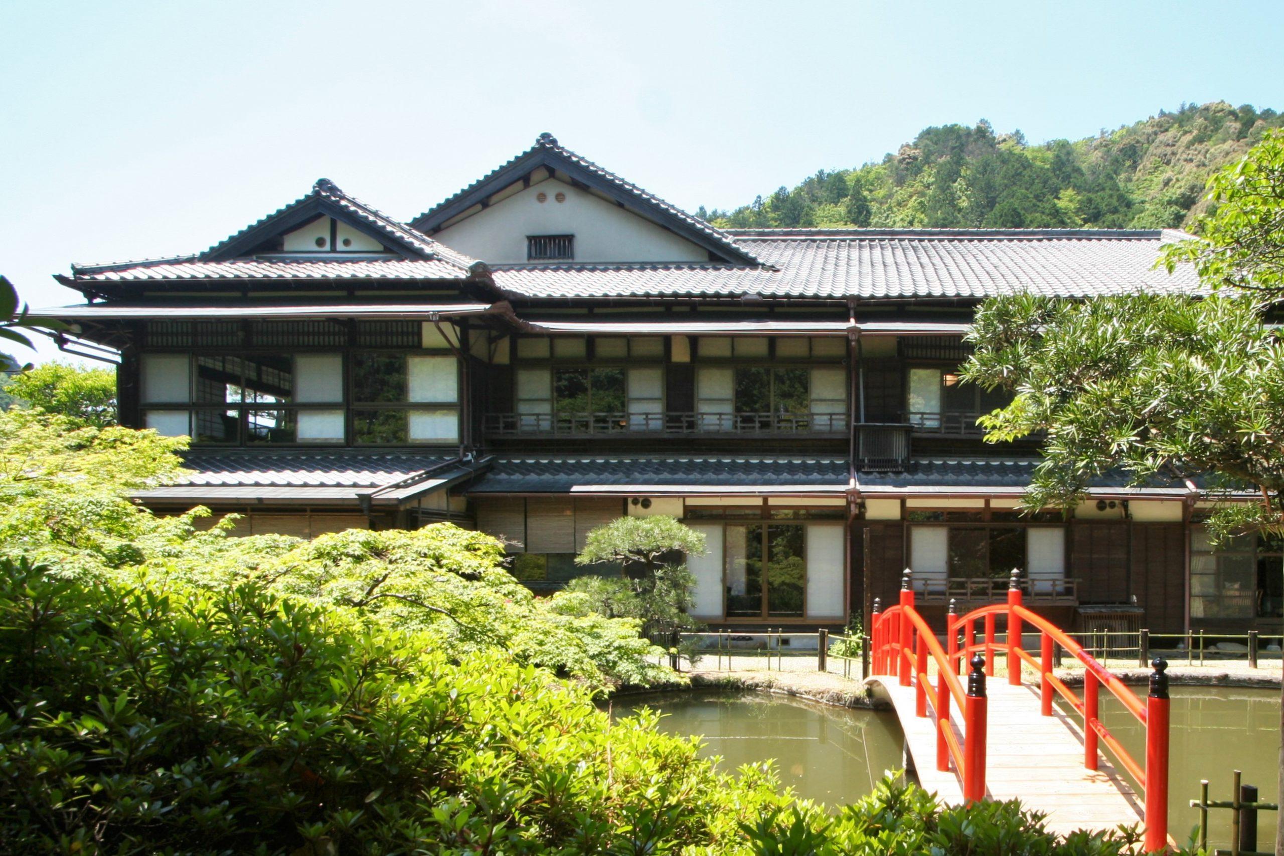 <p>日本庭園から見る本館</p>辰野金吾の和風建築は大変希少であり、現存する代表的なものは奈良ホテル・武雄温泉楼門/新館・南天苑。