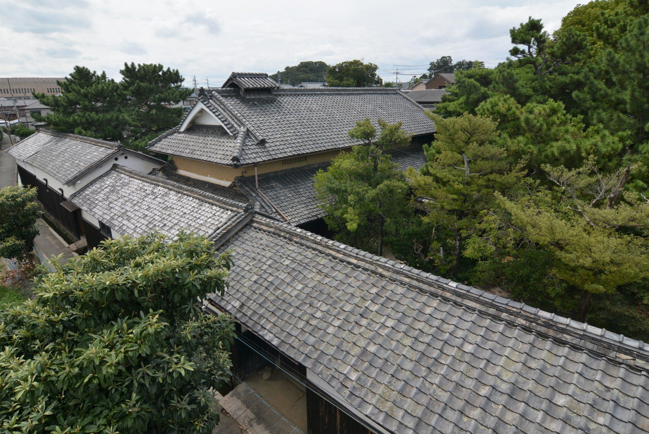 <p>広い庭は樹木に覆われる</p>玄関庭・主屋庭・主屋南側の作業庭・茶室前の露地等がある。主屋北側の座敷庭は回遊式の日本庭園である。