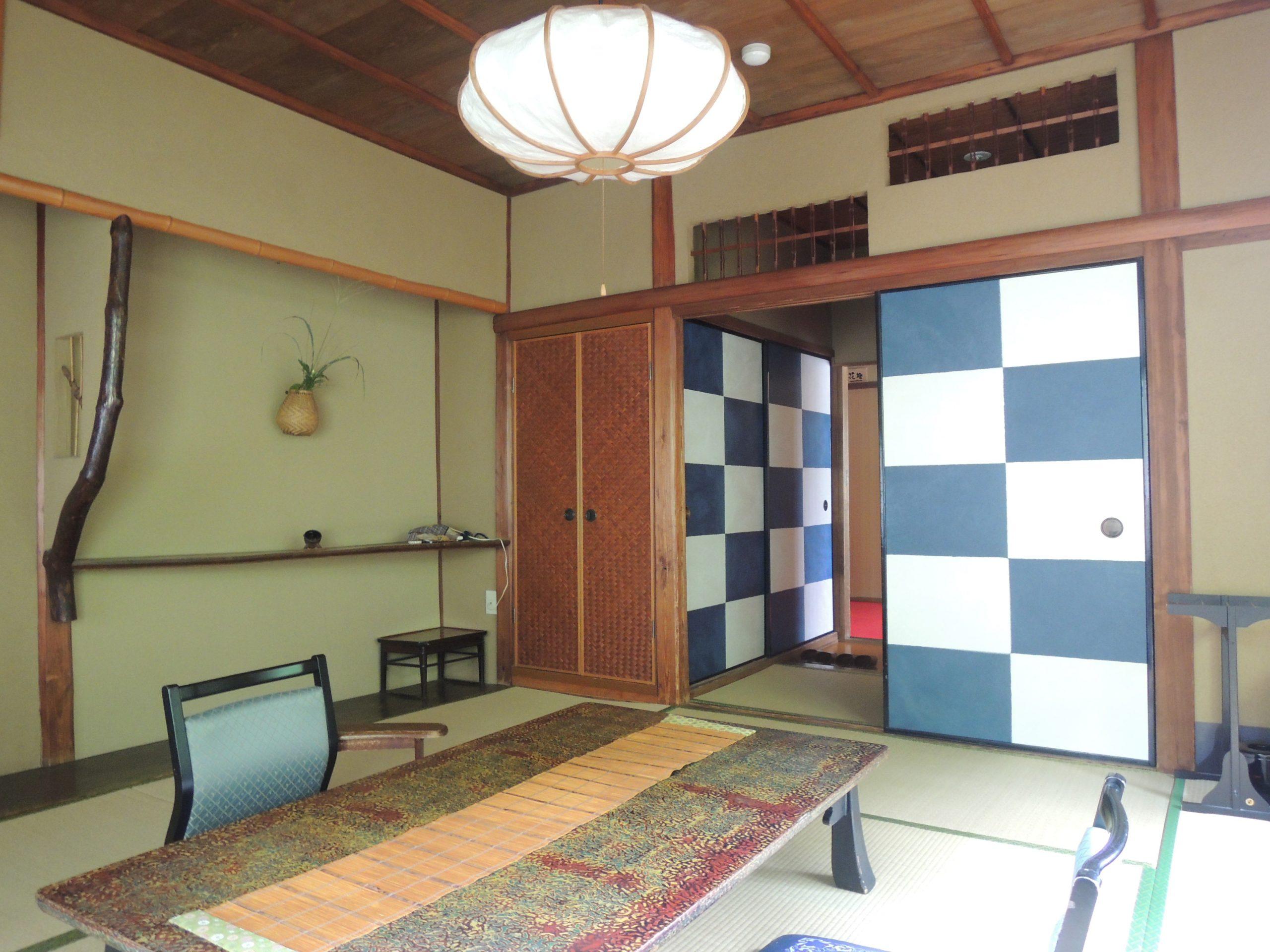 <p>数寄屋風の意匠の各客屋</p>高度成長期には既存の壁の上に新建材を用いた改変がなされたが、現在は当初の姿に復原修復されている。