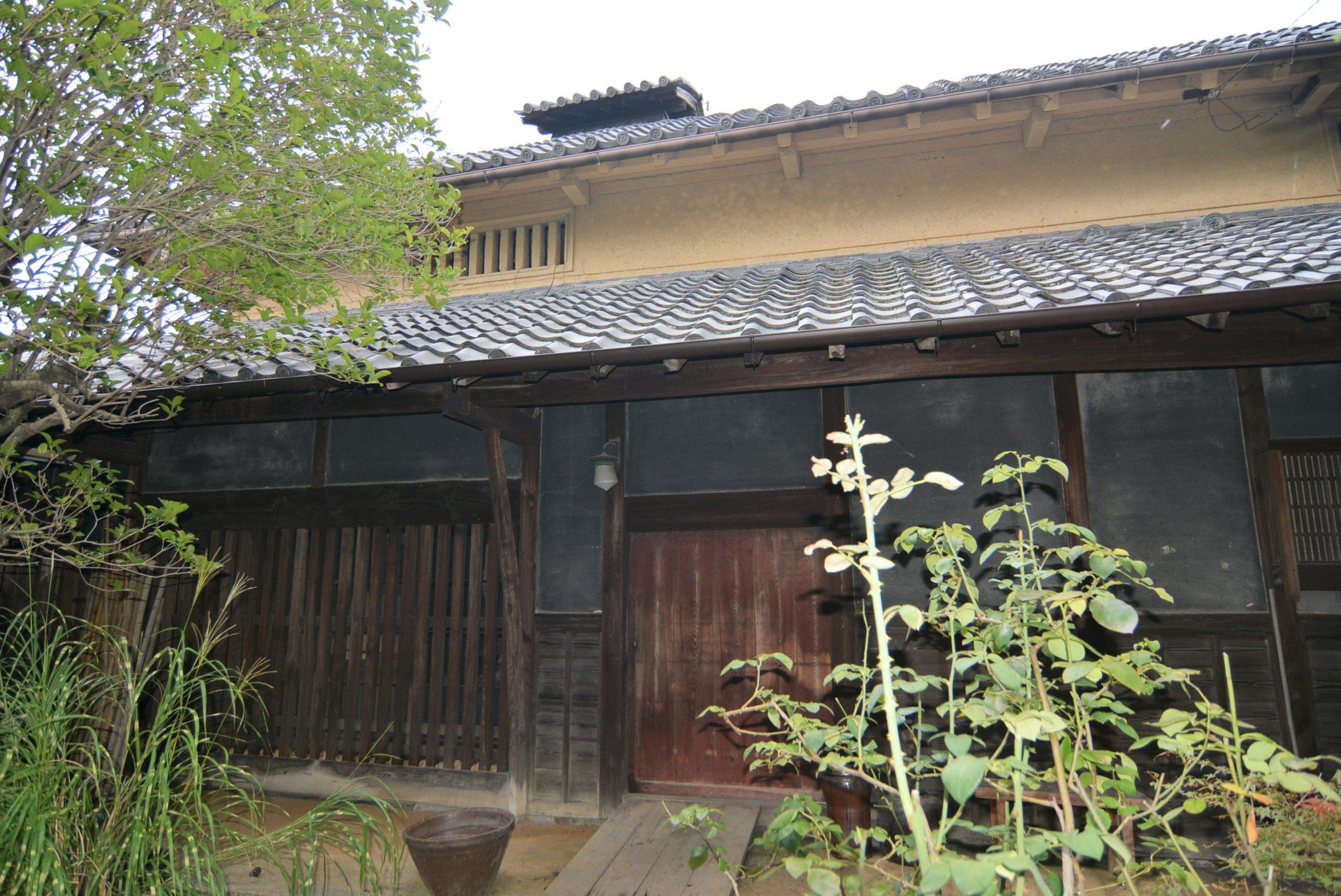<p>主屋の正面</p>正門から玄関庭の敷石を伝い、敷地中ほどに主屋がある。下屋を廻らせた入母屋造桟瓦葺で、煙出がある。