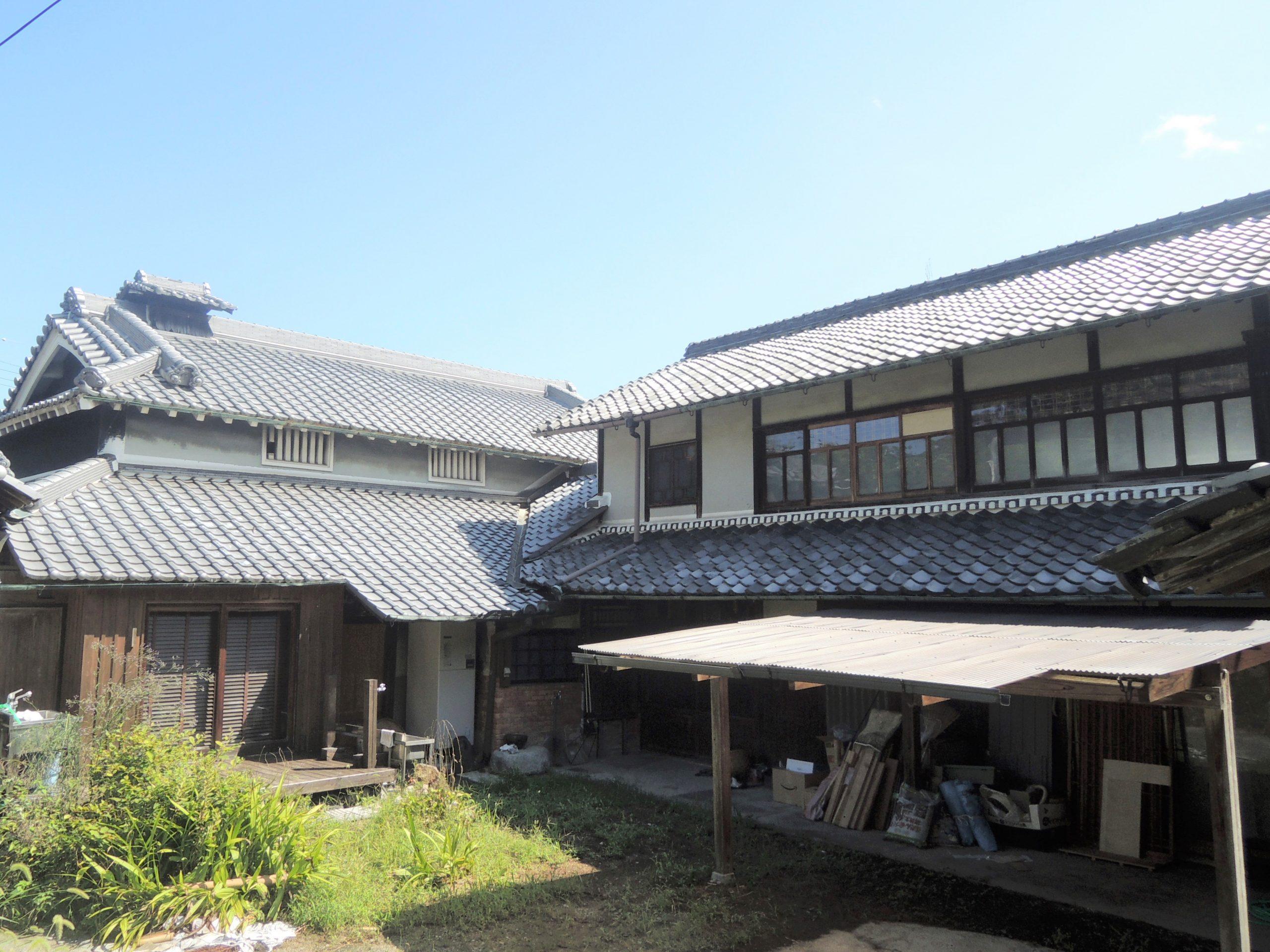 <p>西に面する座敷蔵</p>桁行6間,梁間2間半の切妻造平入桟瓦葺の木造2階建。外壁を真壁造、1階の腰を板壁,上部は漆喰塗。