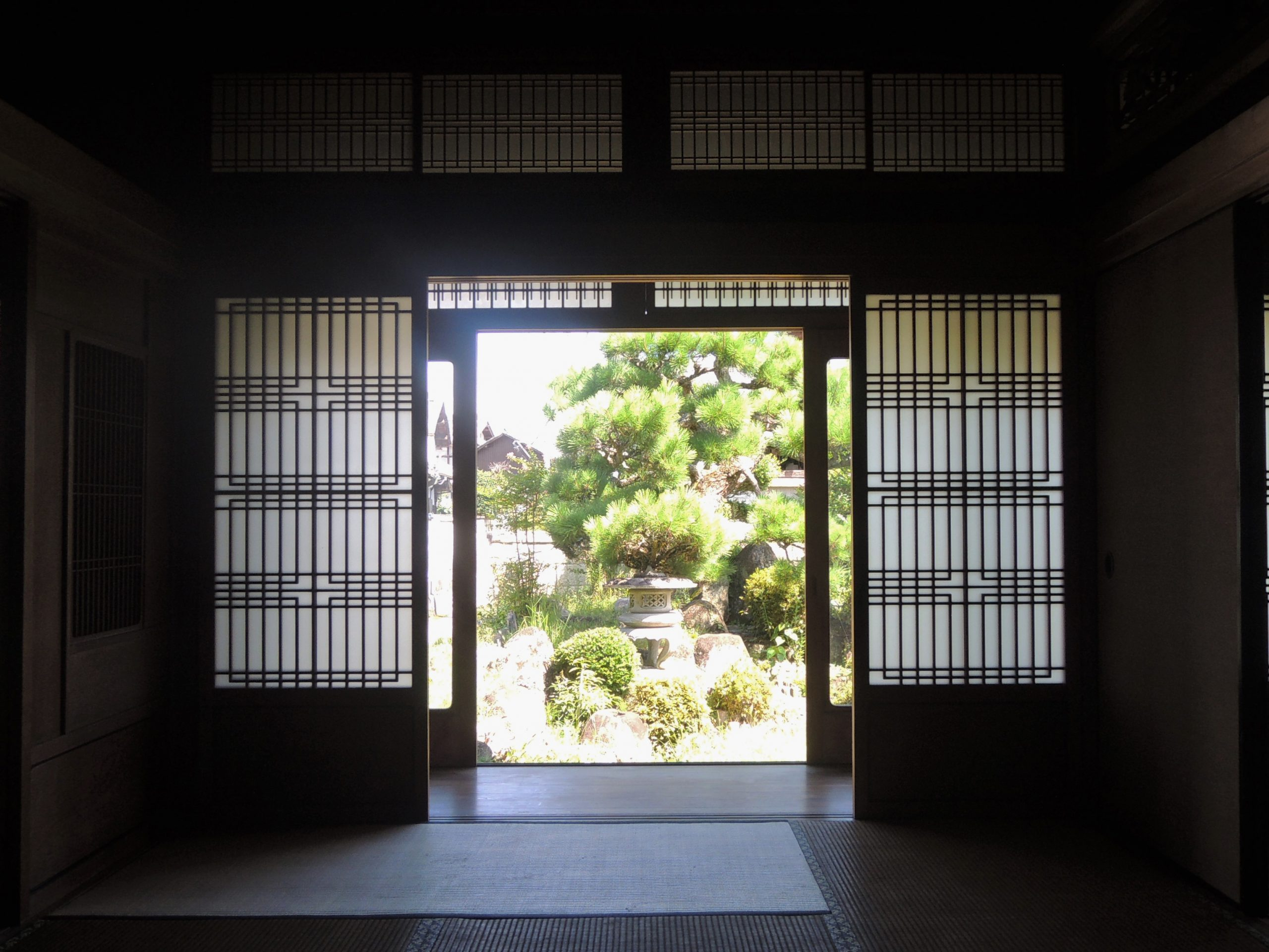 <p>ナカノマからの座敷庭を眺める。</p>座敷庭からの風が、室内を通り抜け、心地よい、静寂な空間をつくっている。