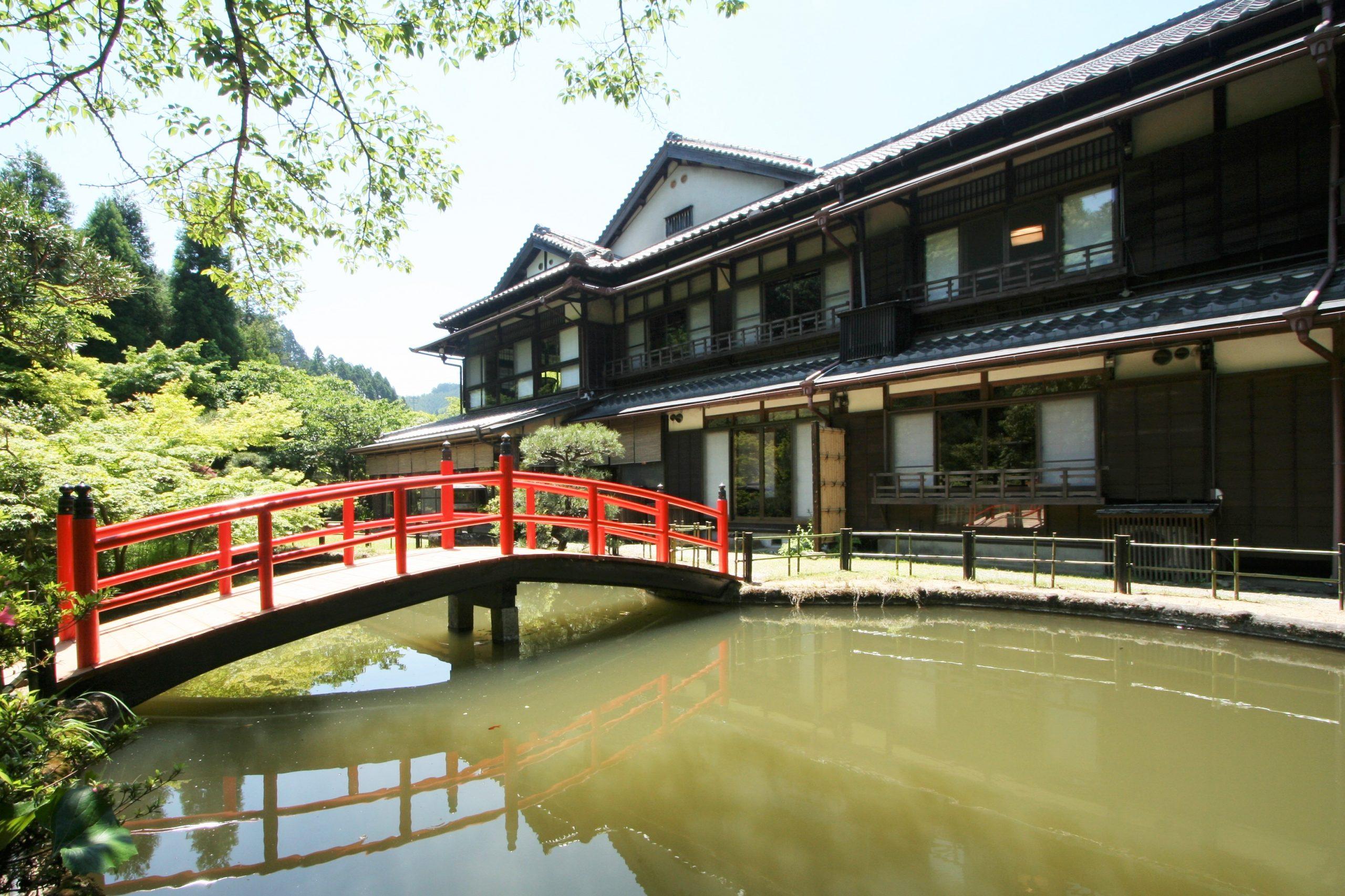 <p>日本庭園から見る本館</p>平成2年に屋根瓦葺き替え及び銅板庇の付け替え工事を行うが、建物は移築当時の姿を良く残している。